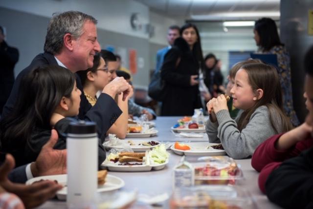 mayor deblasio and student eating lunch